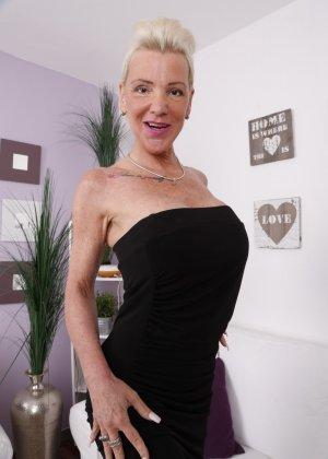 Пожилая немка в черном обтягивающем платье без трусиков