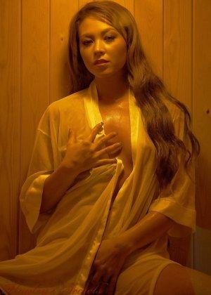 Наталья в сауне распахнула рубашку