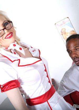 Негры пустили по кругу белокурую медсестру