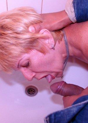 Пожилая дама полизала очко негру и получила хорошую порцию спермы на лицо