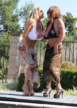 Ева Нотти и ее подружка нашли с кем потрахаться