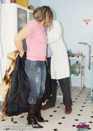 Пожилая Ярослава на осмотре у гинеколога