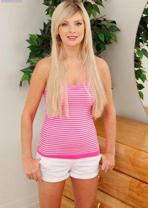 Ошеломительная блондинка Алессандра Нуар показала пизду