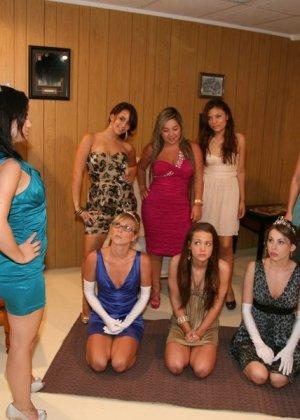 Прием девушек в женское общежите американского колледжа
