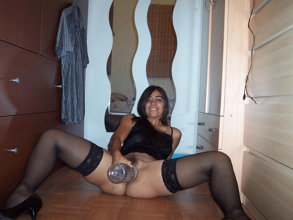 Женщина в очках, кажется готова засунуть в пизду, что угодно, выебете ее кто-нибудь