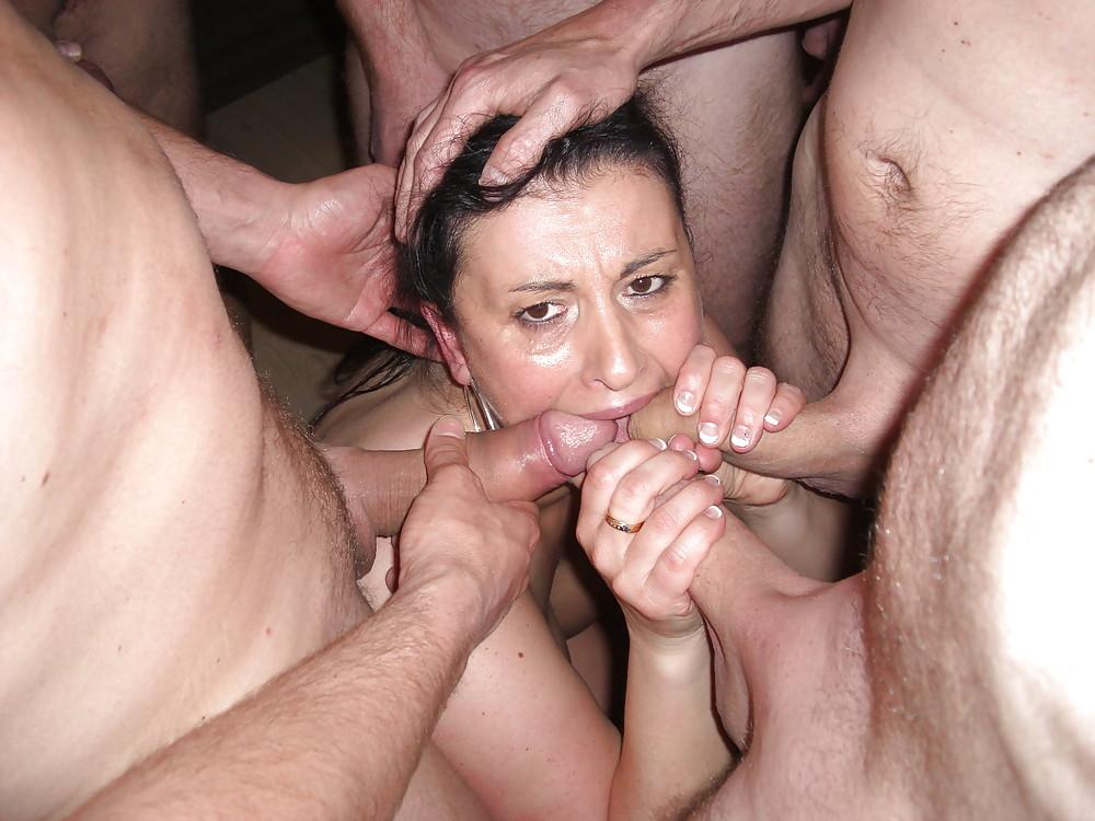 Моя жена любит сосать много членов порно