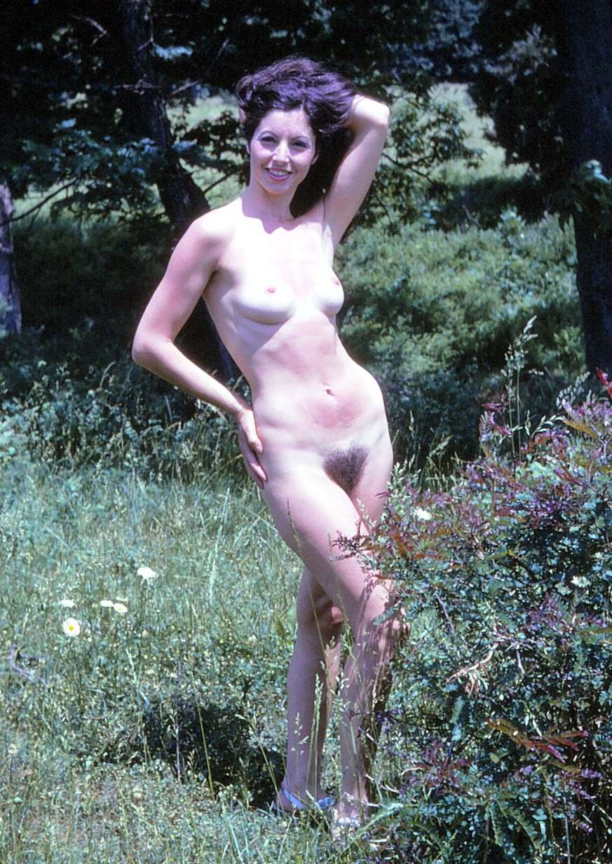 Стройная жена сняв черное бикини, показала черный лобок