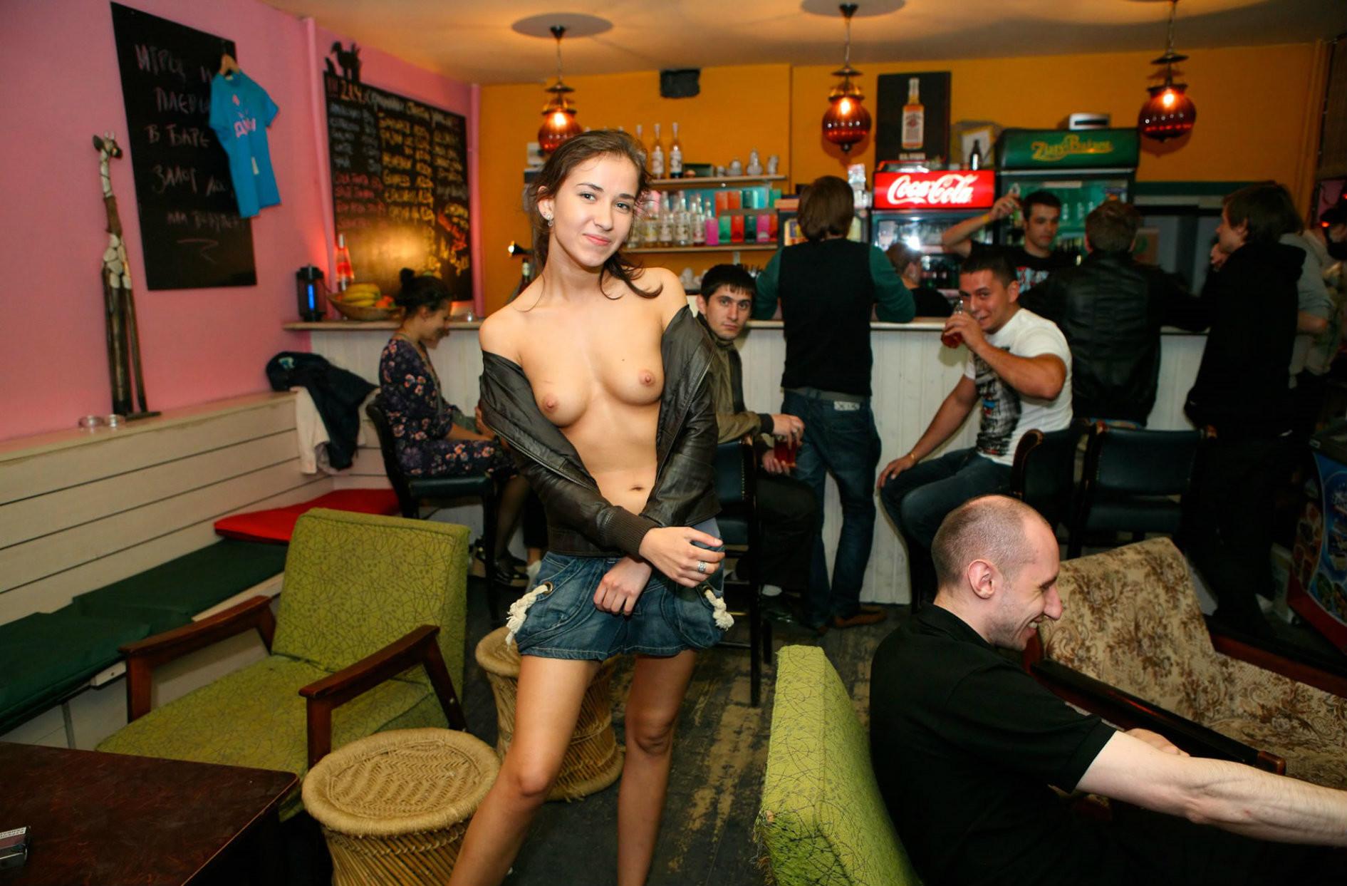 Студентки в кафе голых