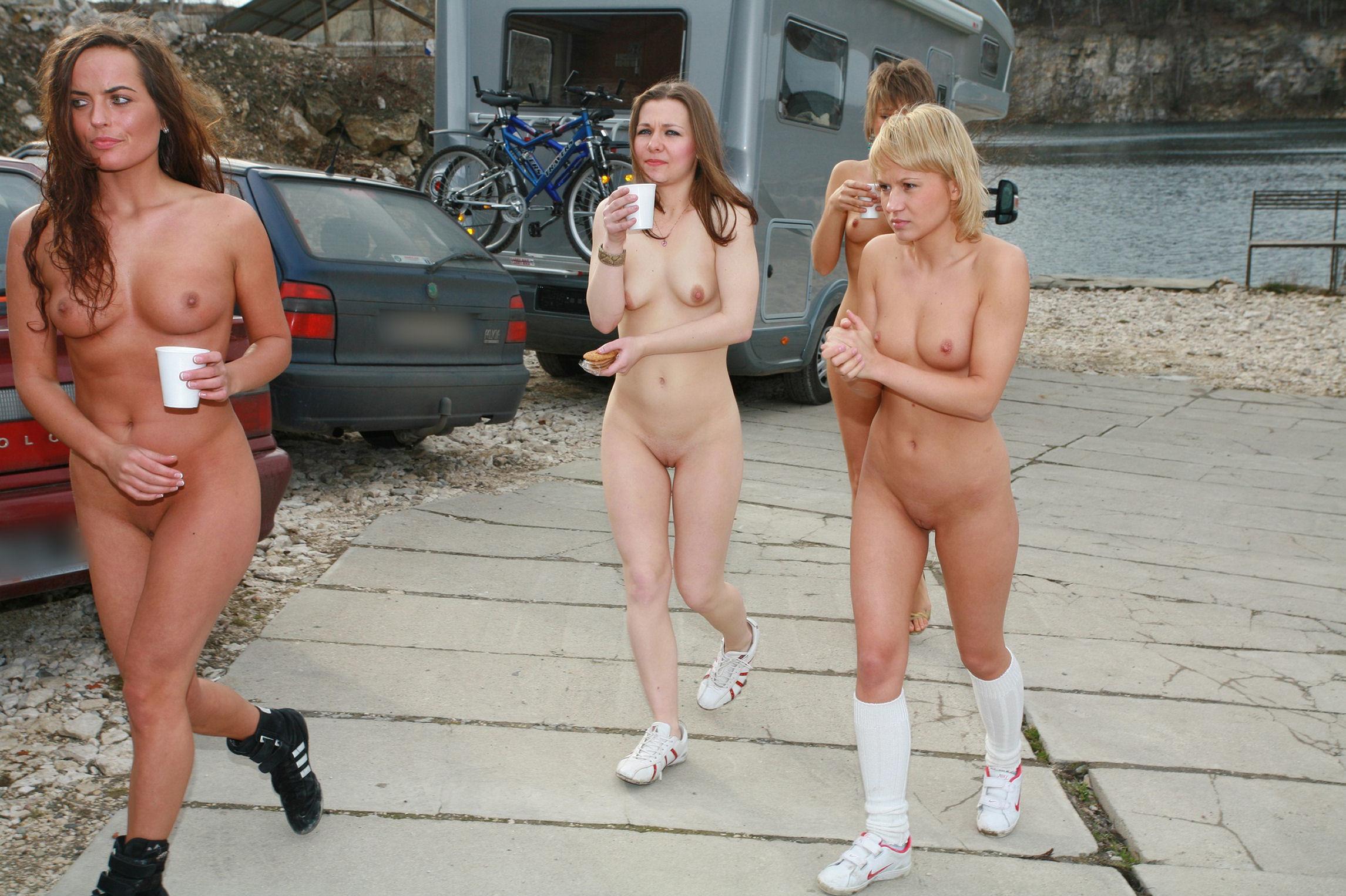 Прозрачных голая немецкая молодежь на улицах