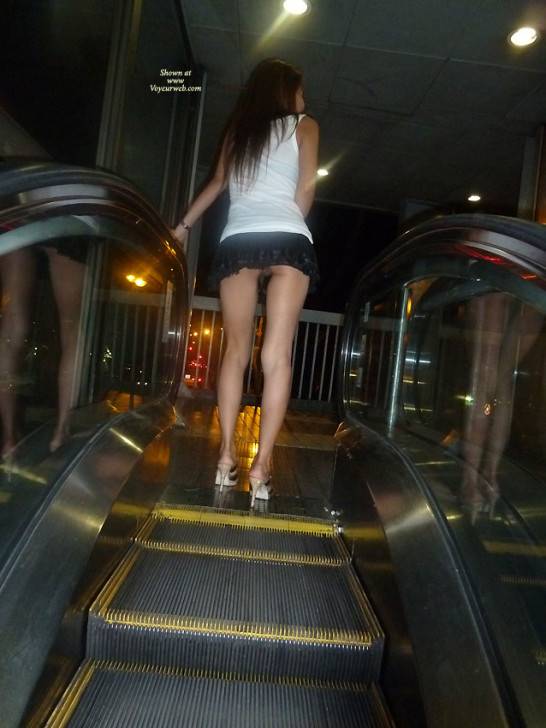 Гуляет по Сингапуру без трусиков