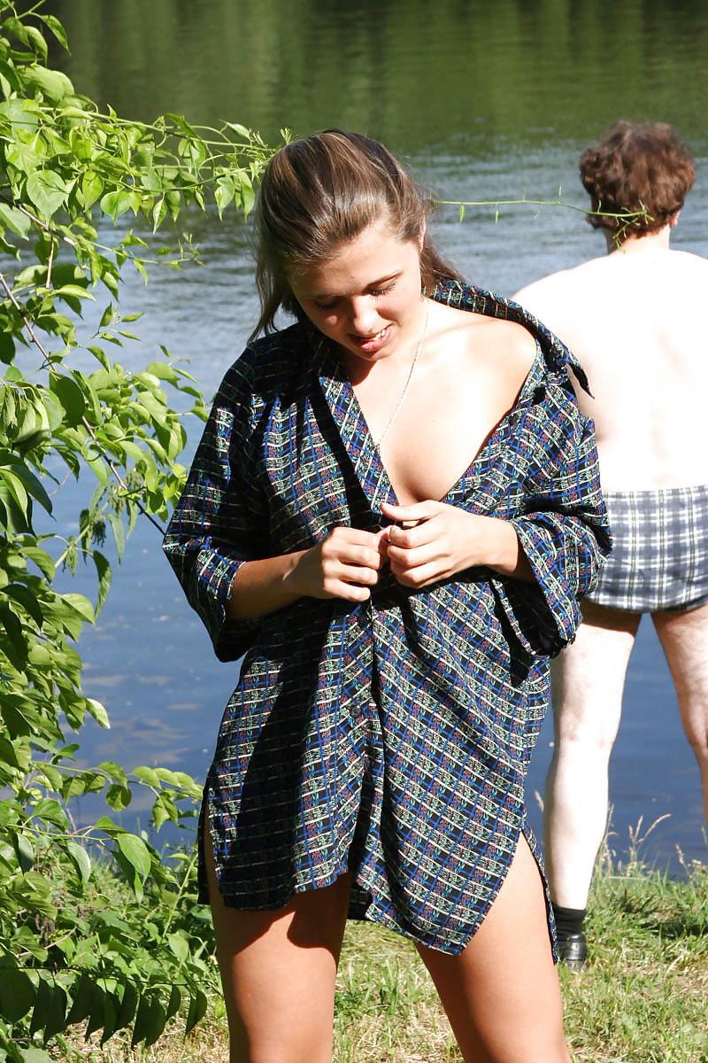 Голая русская девка на речке