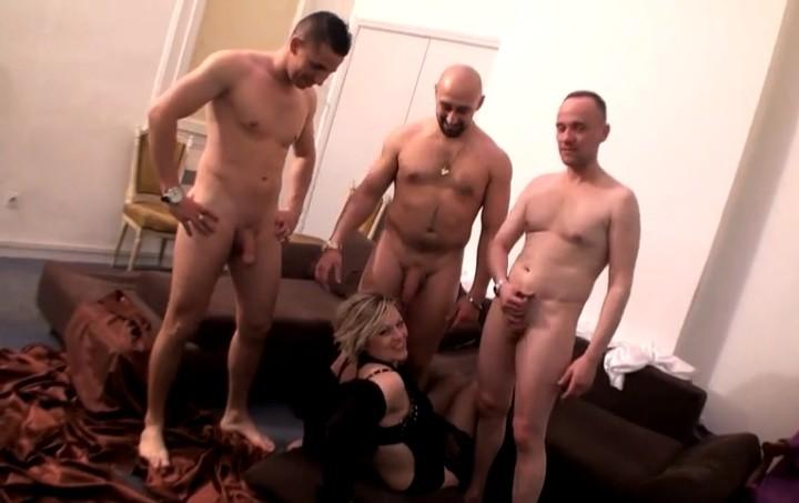 Пожилая женщина ебется с тремя мужчинами