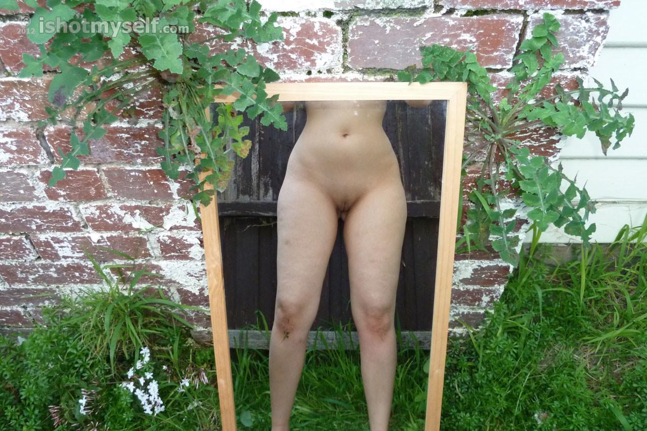 Женщина ходит голая во дворе своего дома
