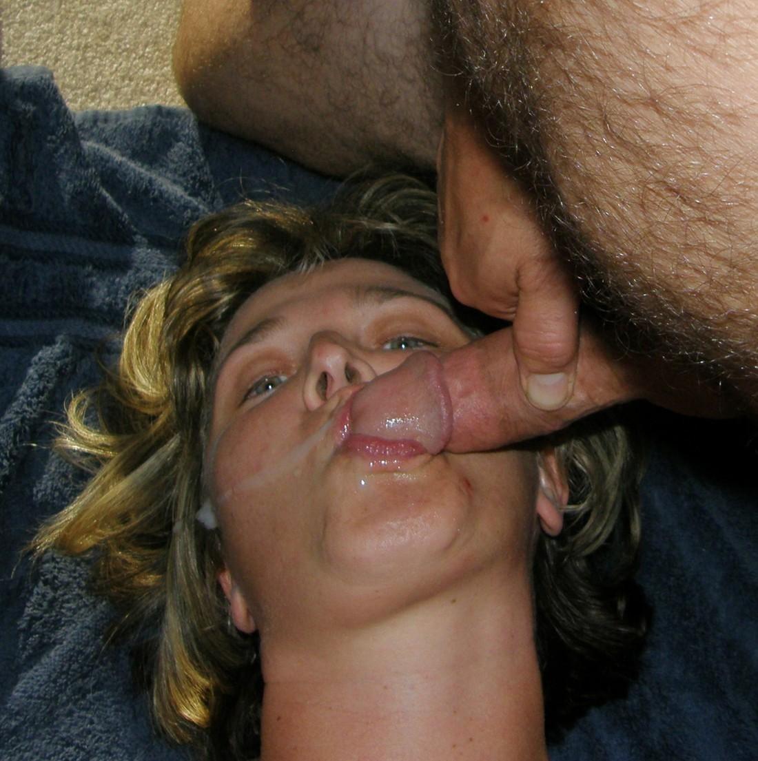 Кончает на лицо жене после ебли в рот