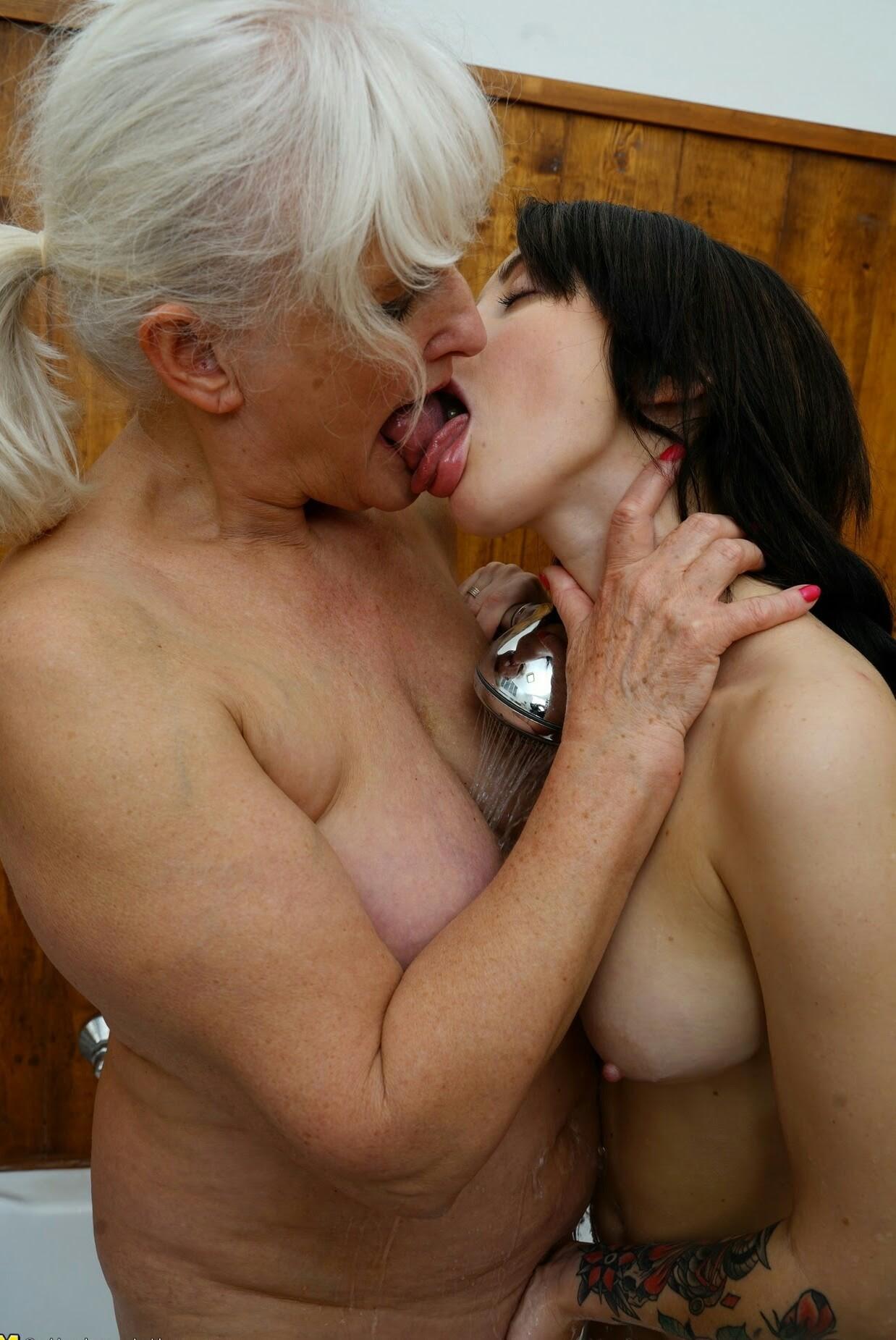 старая лесбиянка разводит молодую работали медленном