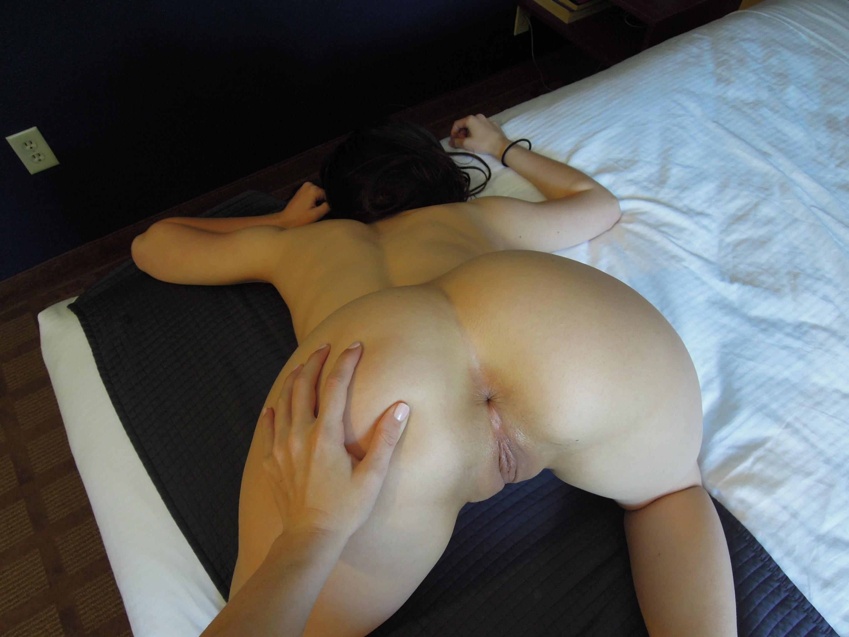 Девушки уединились в гостиничном номере