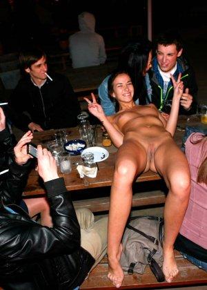 Девушка обнажилась в летнем кафе при всех