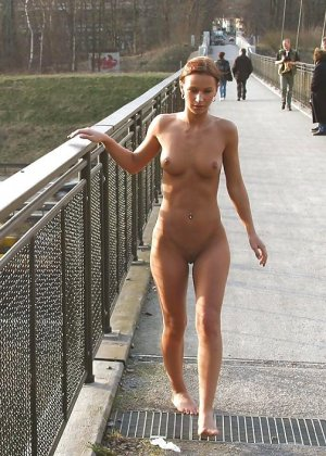 Красивая немка не стесняется гулять голой на улице