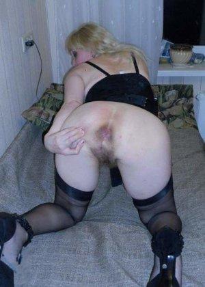 Пожилая блондинка с большой волосатой жопой