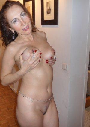 Пожилая, но очень стройная голая женщина