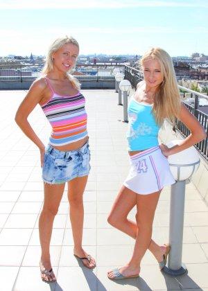 Две красивые блондинки веселятся на крыше
