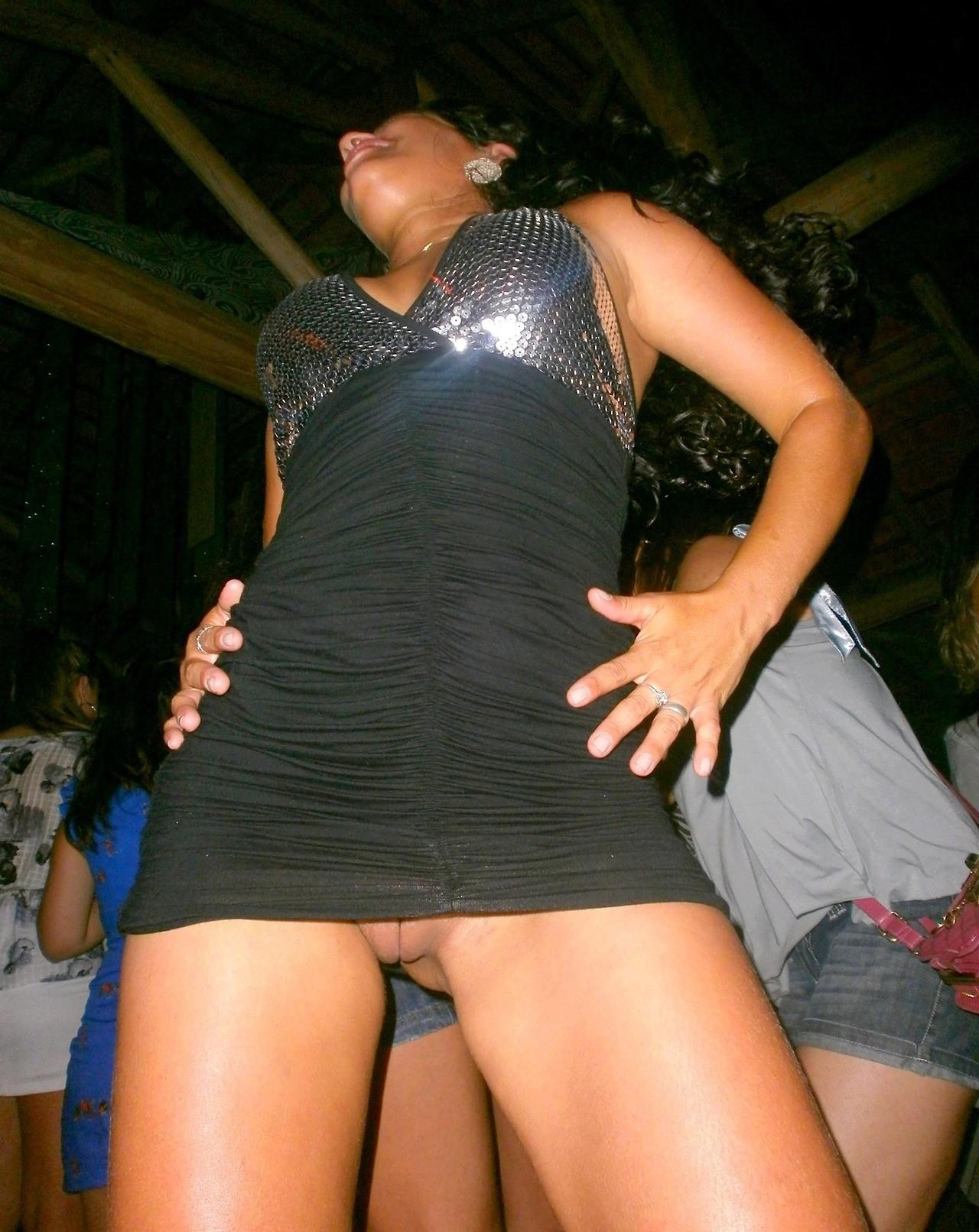 девушка танцует в мини юбке без трусиков - 2