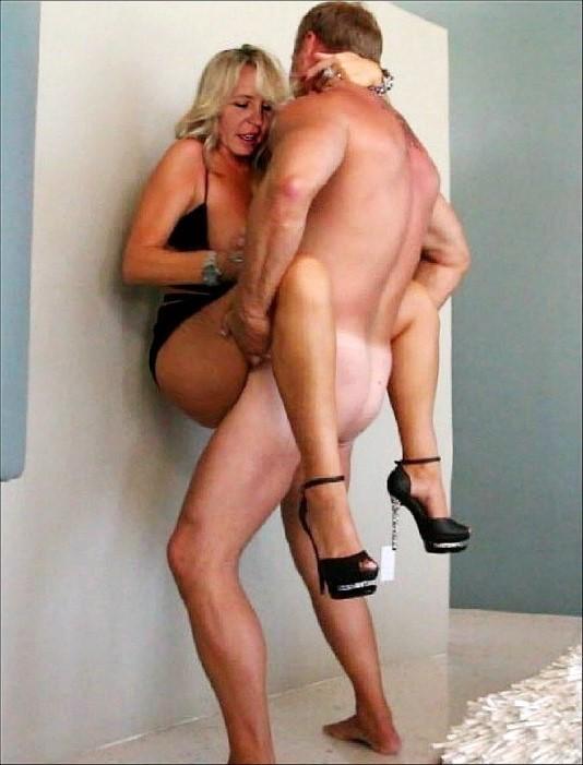 Порно ебет стоя лицом к лицу зрелую