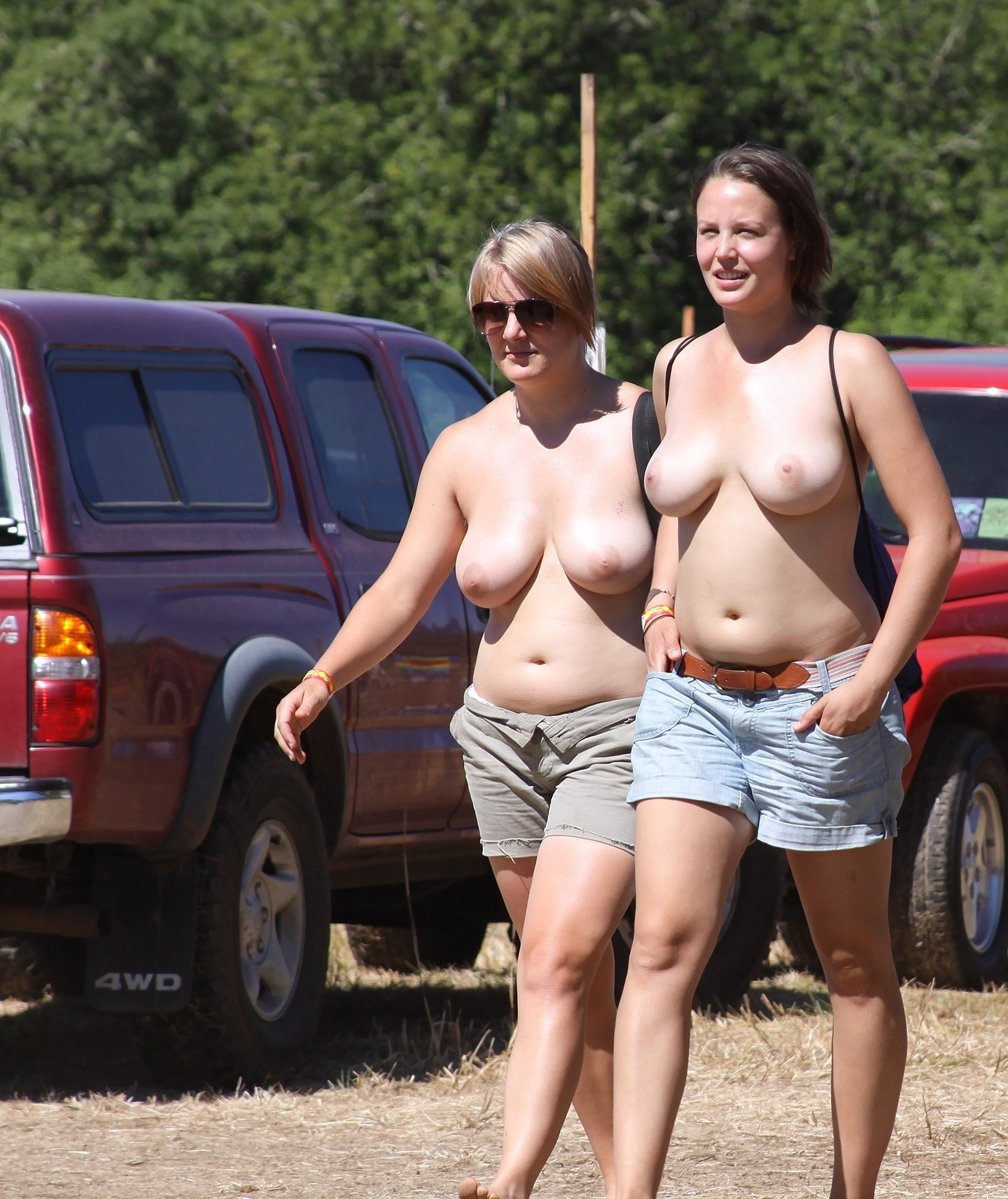 Topless wives playing with their tits scott desnuda