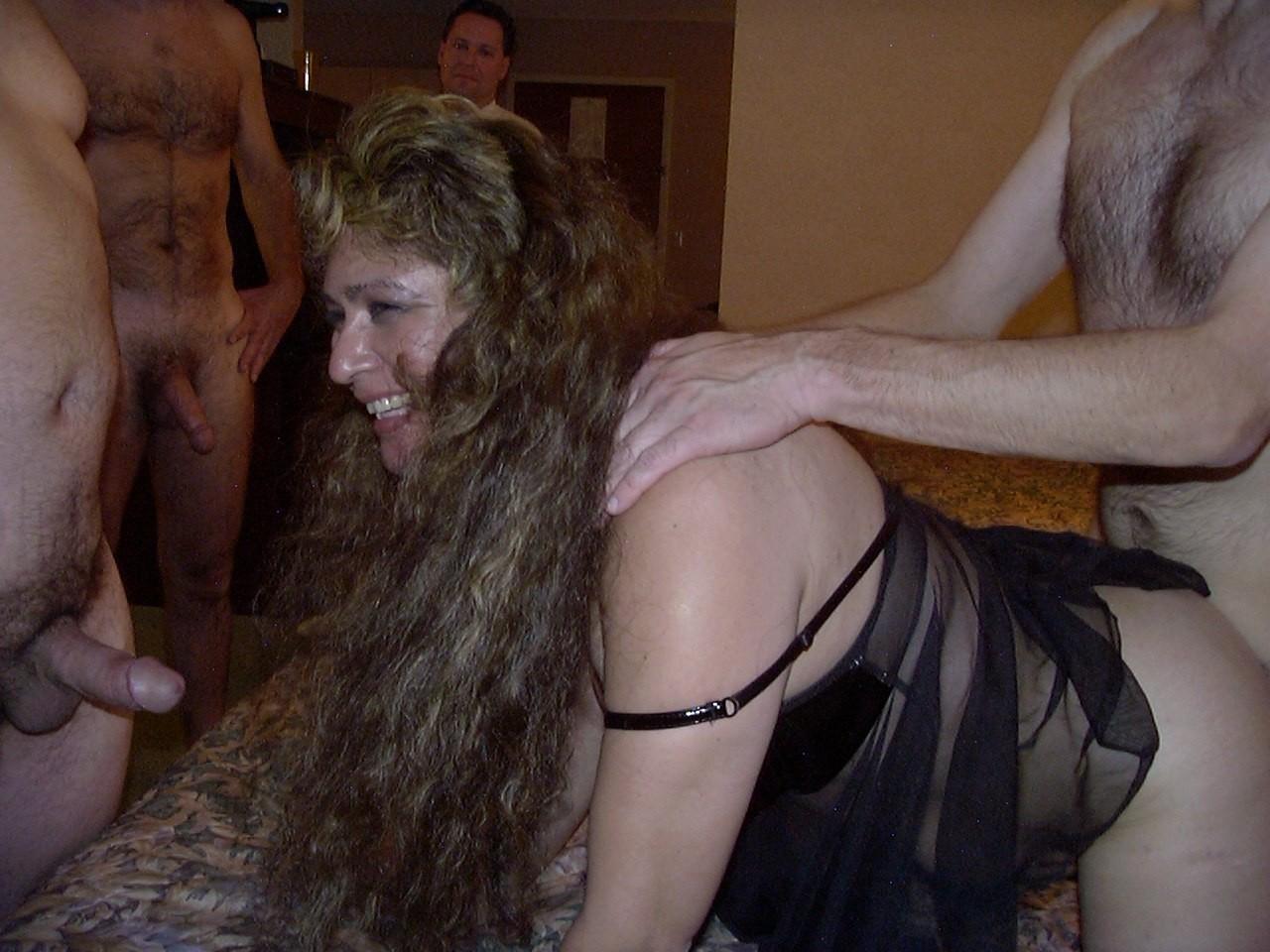 gruppovoy-seks-s-zamuzhnimi-zhenshinami-video