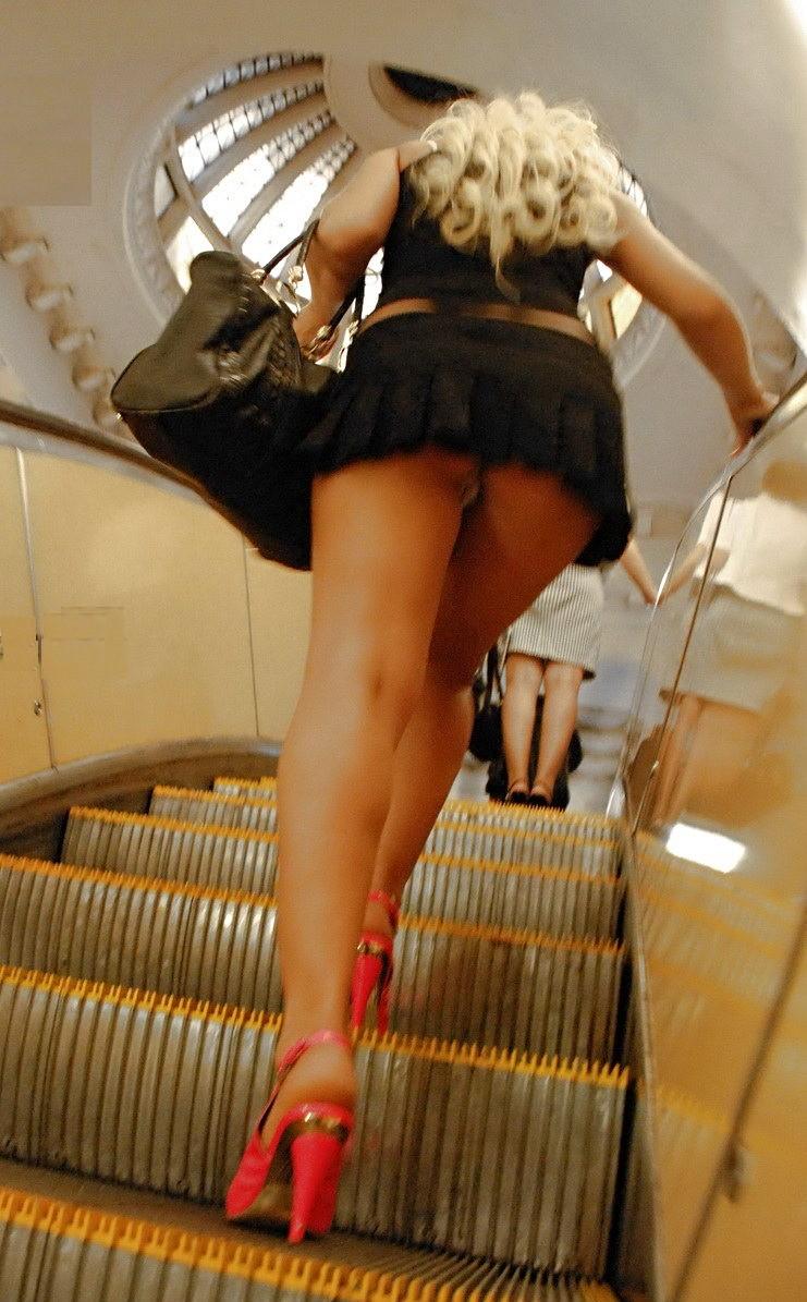 seks-naduvnih-porno-foto-pod-yubkoy-na-eskalatore-krupno-dirochki