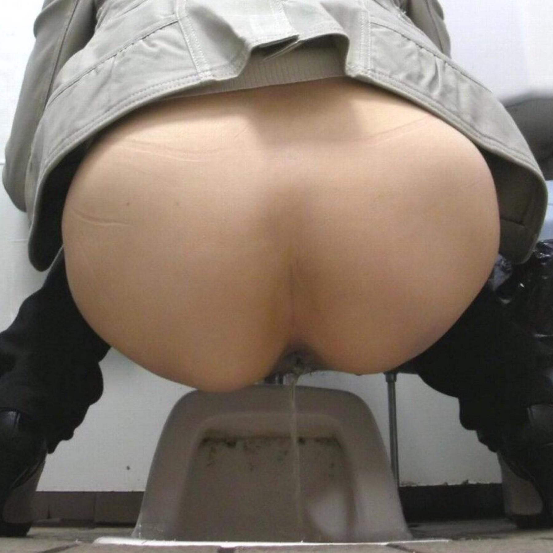 Японки писают в туалете