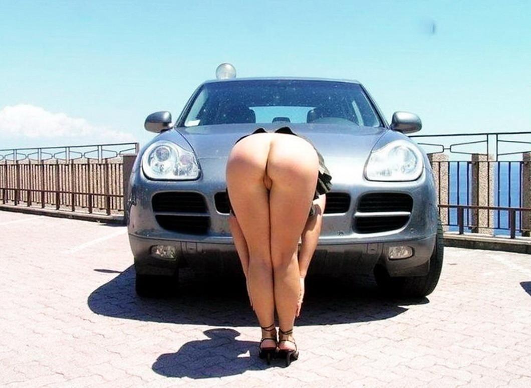 Голые жопы женщин в машине