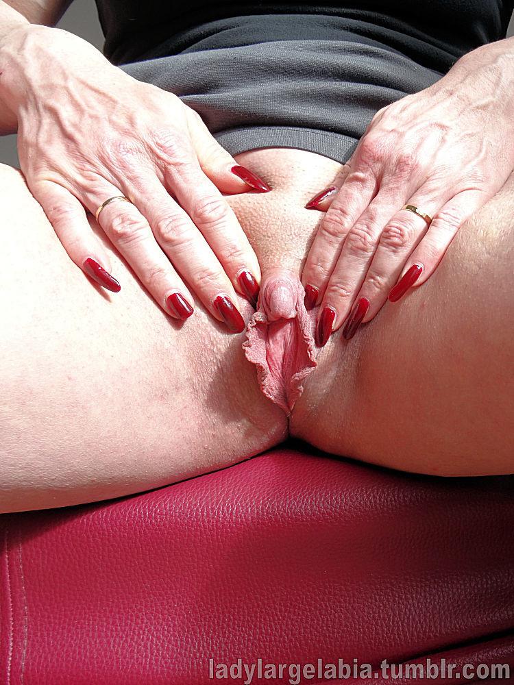 Большой клитор пожилой женщины крупным планом