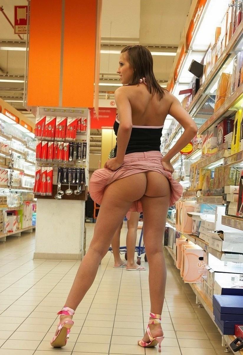 Прогулка по супермаркету без трусов под юбкой — 9
