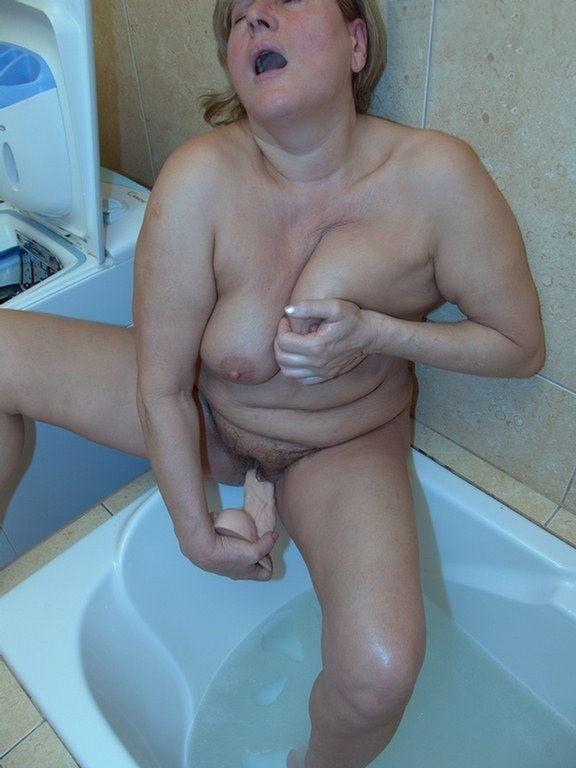 Пьет зрелые женщины в ванной мастурбируют грудь русской