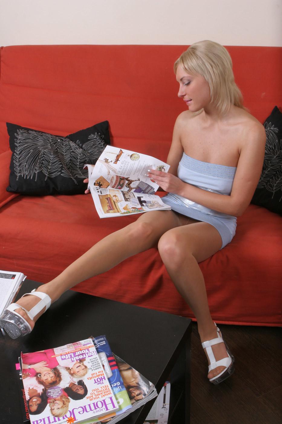 Алиса читает странный журнал