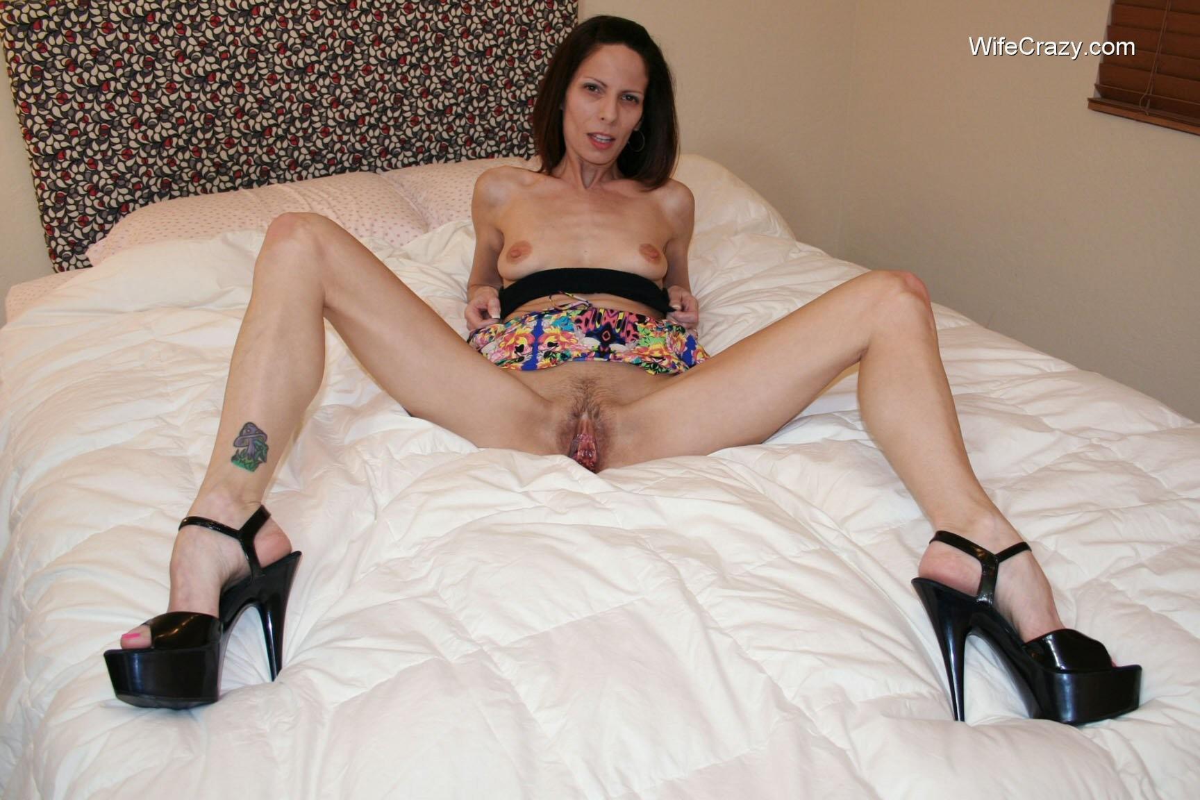 жена мастурбирует в кровати - 8