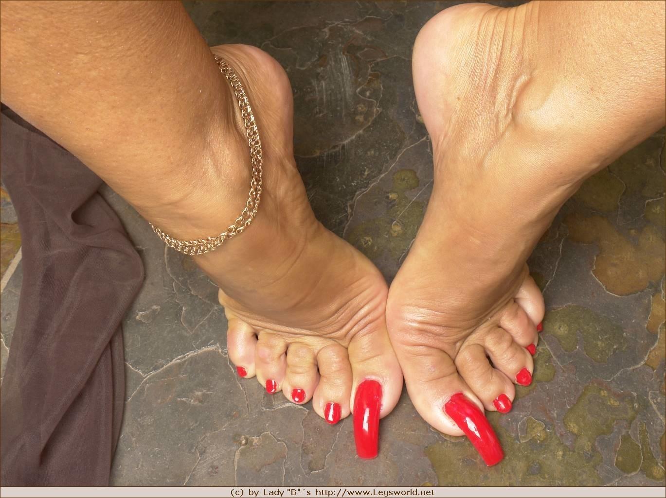 Красивые пальчики на зрелых женских ножках фото