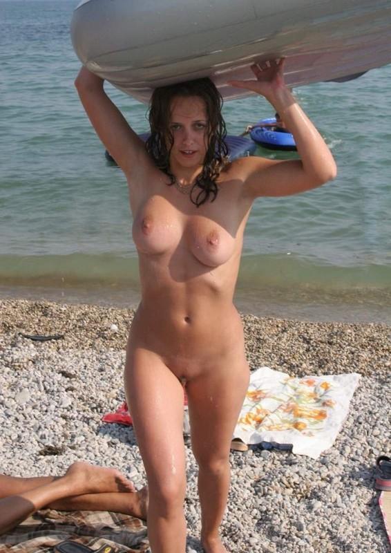 Голая красивая женщина на пляже