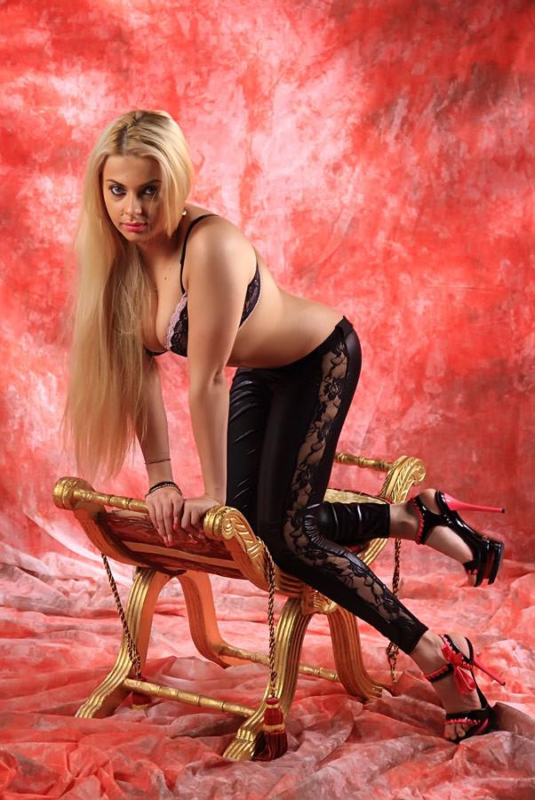 Пышногрудая блондинка в чулках