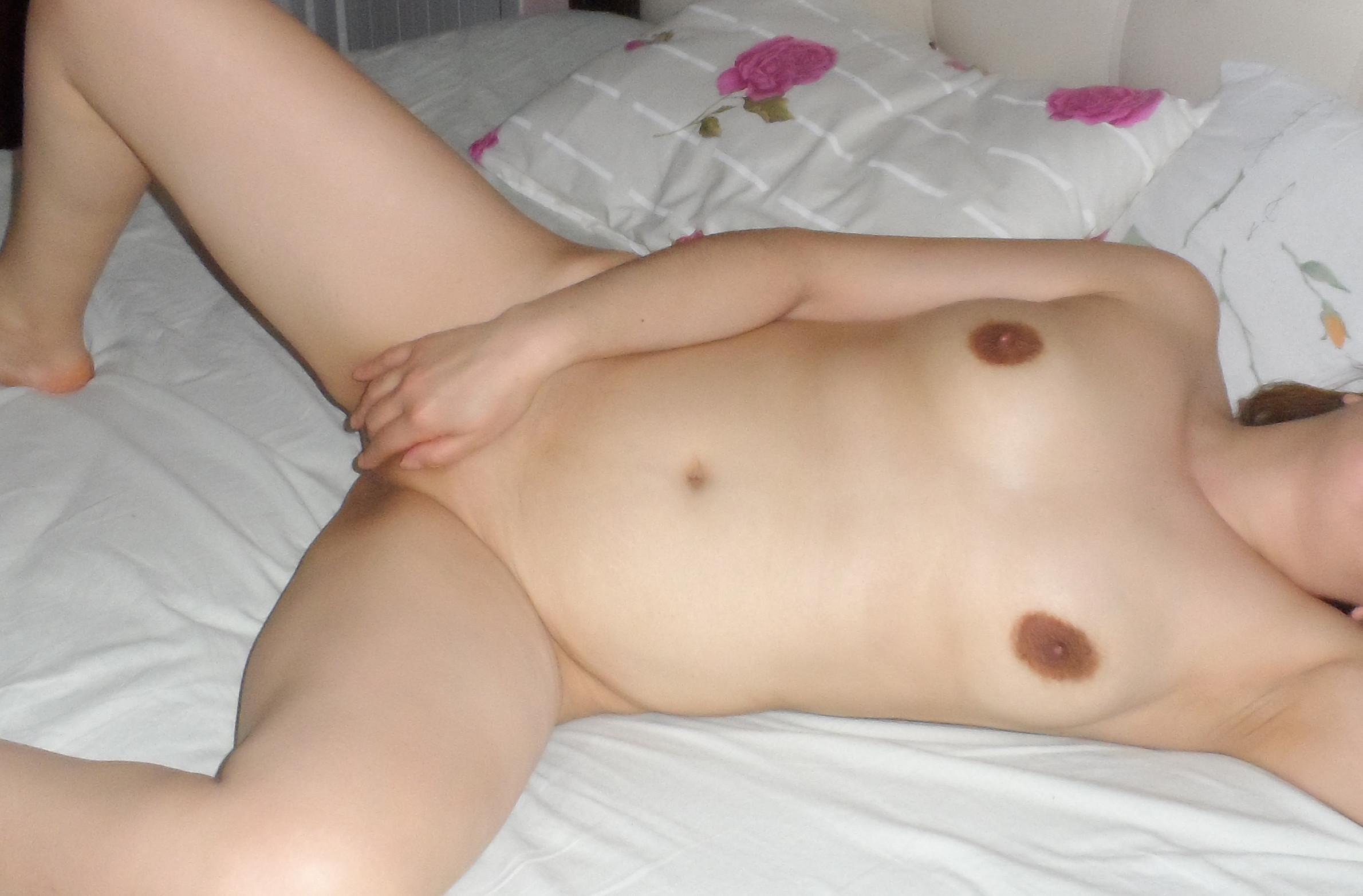 Коричневые гениталии пьяной женщины лежащей в постели