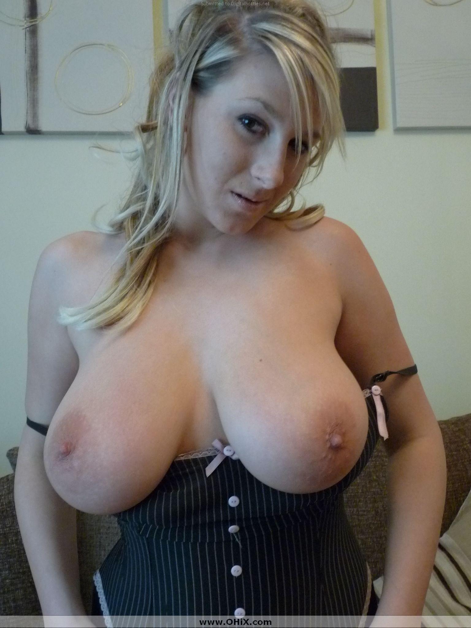 Блондинка в корсете вывалила грудь