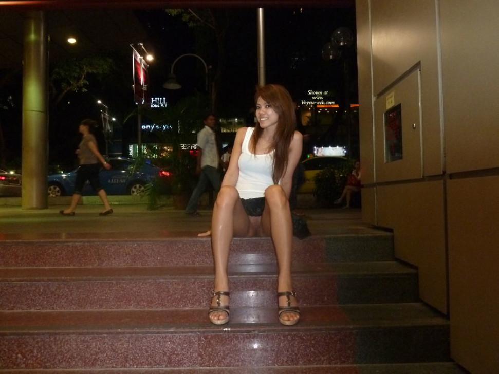 Девушка из Сингапура гуляет в короткой юбке без трусиков