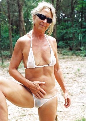 Пожилая в микро бикини
