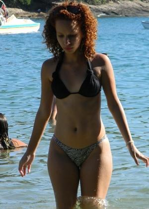 Красивая брюнетка на пляже