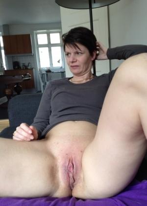 Женщина в возрасте сосет, ебется и мастурбирует