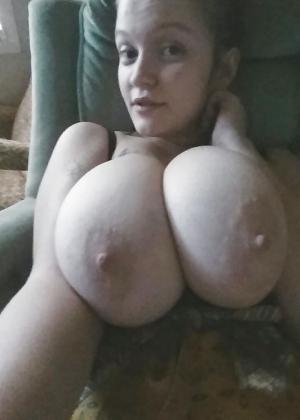 Молодая телка с невероятной грудью