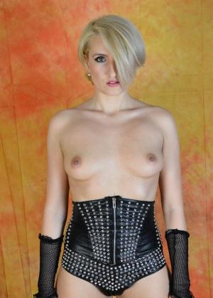 Эро фото коротковолосой блондинки
