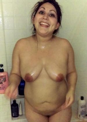 Зрелая женщина из Португалии принимает душ