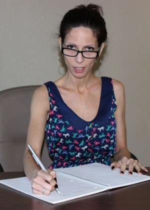 Худая секретарша Стейси мастурбирует на рабочем столе
